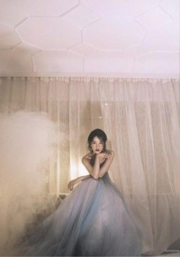 Chi Pu diện trang phục với chất liệu ren lưới màu trắng ngọc trai, xanh pastel của nhà thiết kế Phạm Đặng Anh Thư.