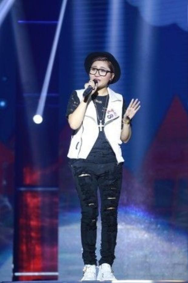 Vicky Nhung vẫn quen thuộc với phong cách cá tính.