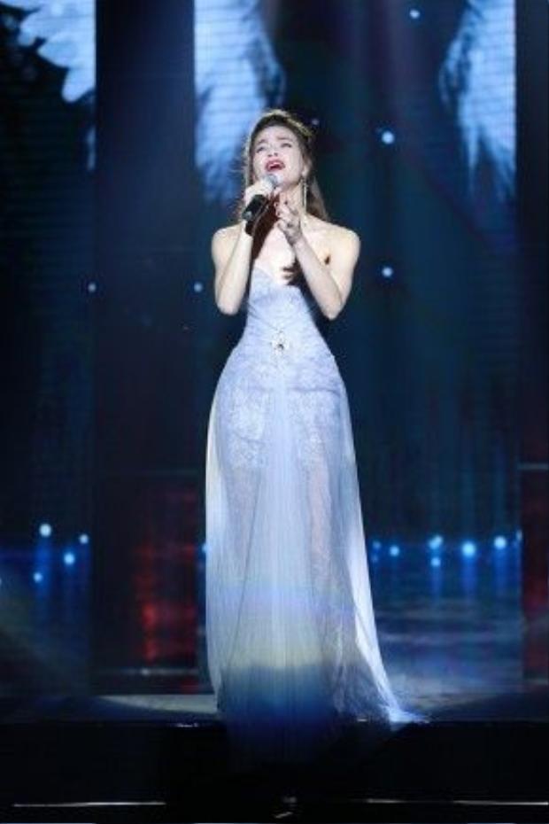 Hồ Ngọc Hà còn gửi đến khán giả Vinh những ca khúc da diết như: Tội lỗi, Đừng đi, Cô đơn giữa cuộc tình.