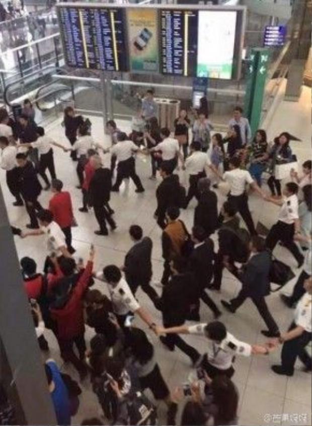 Song Joong Ki được bảo vệ quá mức tại Hong Kong.