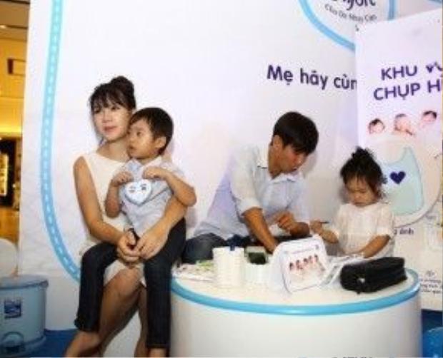 Lý Hải - Minh Hà tranh thủ dẫn các con đi sự kiện. Tuy đã ở tháng thứ 5 của thai kỳ nhưng vóc dáng của Minh Hà trông vẫn rất thon gọn.