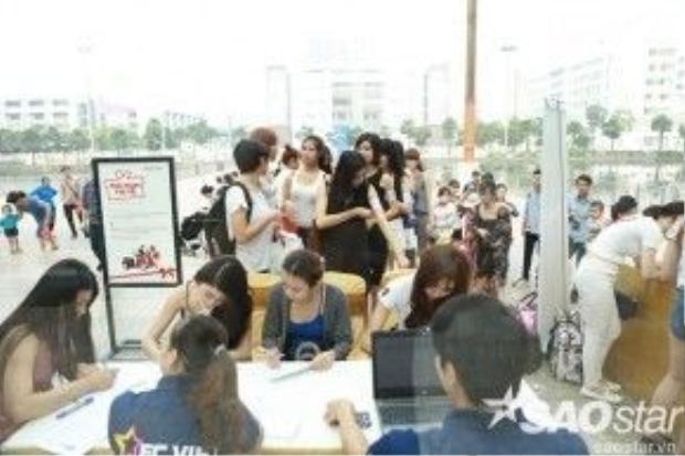 Ngay từ sáng sớm, sảnh lớn của Trung tâm thương mại Times City Hà Nội đã vô cùng náo nhiệt với sự xuất hiện của hàng loạt thí sinh đăng ký casting chương trình The Face Việt Nam.