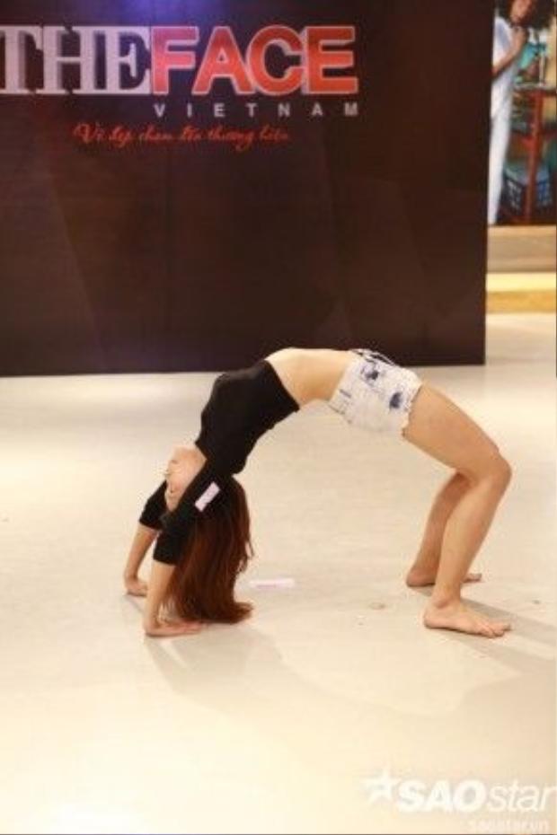 Hay cô gái này còn tạo ấn tượng đặt biệt khi thể hiện khả năng uốn dẻo của mình.