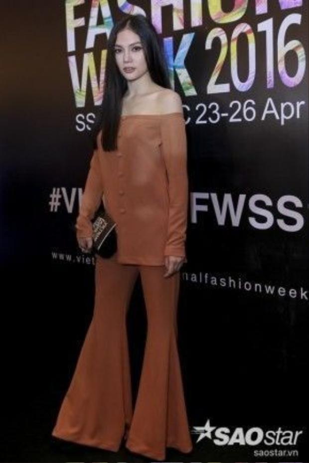 Ca sĩ Thu Thuỷ diện cả cây màu khaki với áo trễ vai gợi cảm. Chi tiết quần ống loe khiến bộ đồ của cô có chút cổ điển nhưng không mất đi nét hiện đại. Trang phục vô cùng phù hợp cho một chương trình thời trang như VIFW 2016.