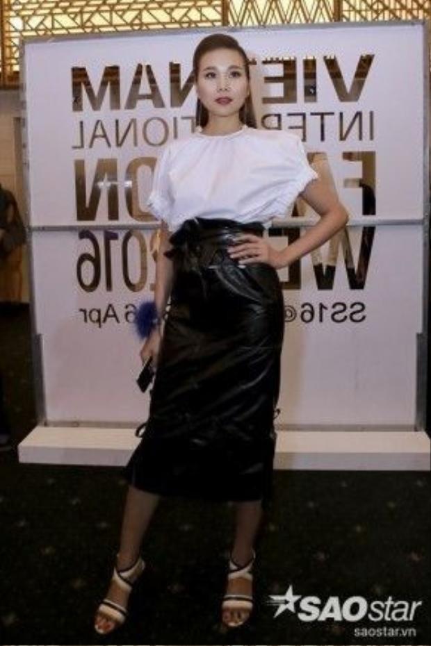 Siêu mẫu Thanh Hằng chất ngầu chẳng kém một chân dài nào xuất hiện trong sự kiện tối nay với áo sơ mi trắng và chân váy đen ôm sát.