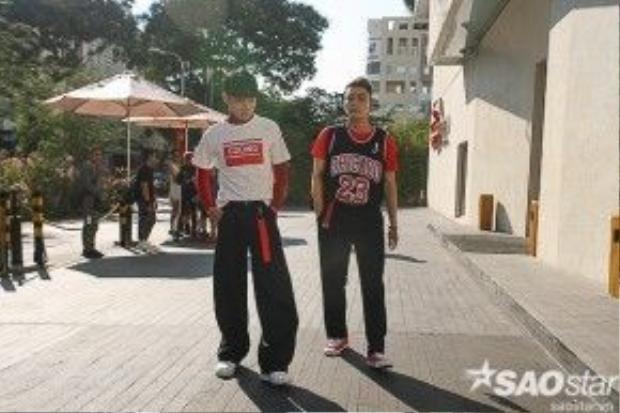Một vài bạn trẻ lấy cảm hứng trang phục theo hơi hướng Hàn Quốc với những form dáng suông cùng cách đính nạm logo lạ mắt.