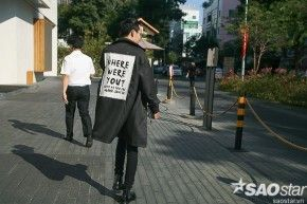 Áo khoác in slogan cùng quần jean Ripped chua bao giờ mất đi sức hot.
