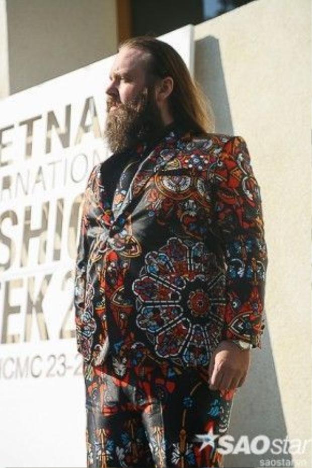 Hiếm có tín đồ thời trang nam nào dám chơi trội với hoạ tiết như anh chàng này.