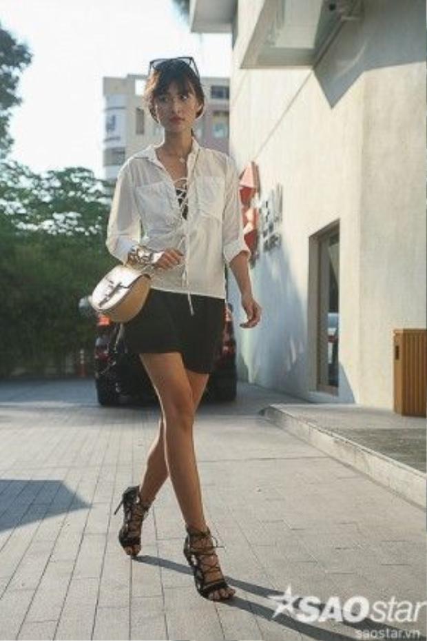Cao Thiên Trang khá mê style boho-chic. Cô nàng chọn áo buộc dây cùng giày lace-up. Hai món đồ đang là hot-trend mùa này. Chân dài phối cùng túi saddle sành điệu.