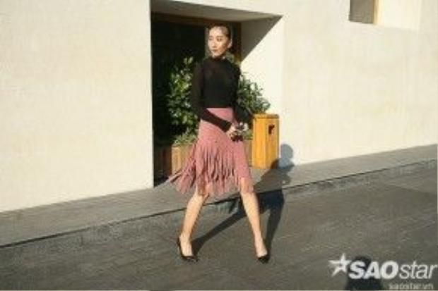Sau áo khoác tua rua, chân váy tua rua là item được các chân dài lăng xê mùa mốt này.