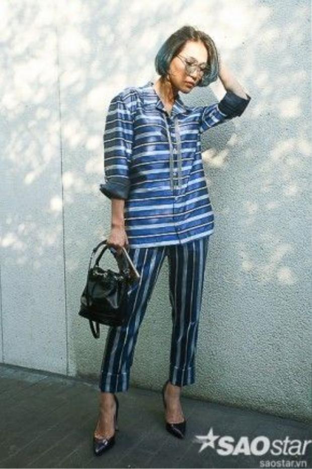 Diệp Linh Châu thanh lịch với bộ pant-suit sọc ngang từ thương hiệu Maschio, giày cao gót Pedro cùng túi xách bucket.