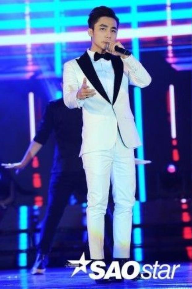 Sơn Tùng khuấy động sân khấu với hit Buông đôi tay nhau ra được đề cử tại hạng mục MV của năm