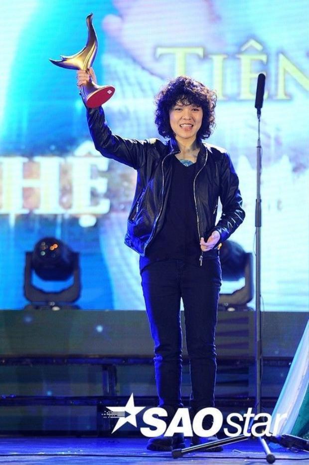 Qua mặt các sao lớn, Sơn Tùng M-TP đoạt giải Ca sĩ của năm