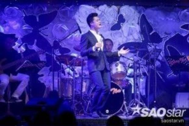 Một HLV Quang Dũng đúng chất nồng nàn, trầm ấm trên sân khấu.