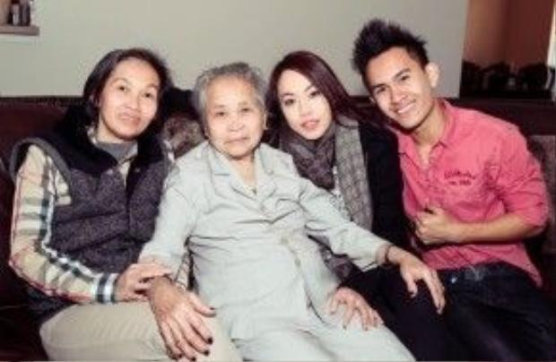 Ảnh chụp Thành Vinh cùng bà nội và các cô. Vinh xuất hiện với tần xuất khá dày đặc trong các bức ảnh gia đình của Hoài Linh.