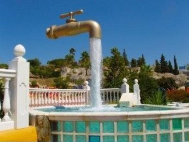 Đài phun nước Floating Faucet ở Aqualand, Tây Ban Nha độc đáo với vòi bơm nằm ở phía trong dòng nước, khiến người xem ngỡ như chiếc vòi đang lơ lửng giữa không trung.