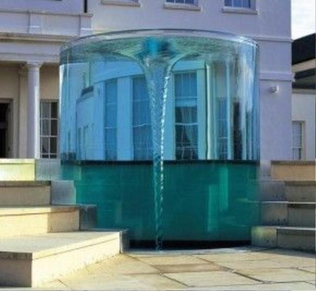 Do William Pye thiết kế, đài phun nước Charybdis Vortex ở Anh là tác phẩm điêu khắc nước xoáy lớn nhất của ông cho đến nay. Đài phun nước hoạt động theo nguyên tắc dùng bơm áp lực phun nước vào các bình trụ acrylic.