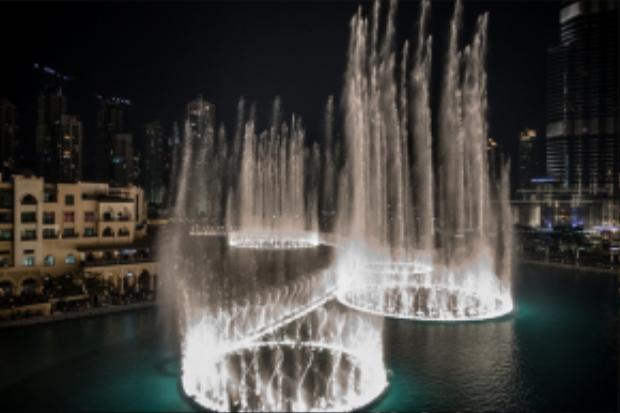 Với diện tích trên 12 ha, hệ thống đài phun nước nằm trong hồ Burj ở Dubai trở thành đài phun nước lớn nhất thế giới, và cũng là điếm đến lý tưởng nhất cho các du khách khi đi du lịch Dubai.