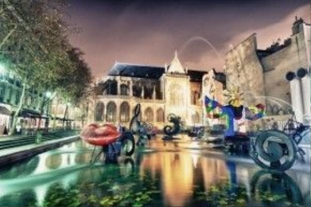 Được xây dựng vào năm 1983, Stravinsky là một trong những đài phun nước công cộng đầu tiên được xây dựng ở Paris. Đài phun nước này được làm từ 16 tác phẩm điêu khắc, lấy cảm hứng từ tác phẩm của nhà soạn nhạc Ignor Stravinsky.