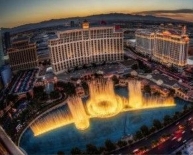 """Được mệnh danh là """"điệu ba lê của nước"""", đài phun nước của khách sạn Bellagio ở Las Vegas, Mỹ luôn nằm trong danh sách những đài phun nước đẹp và độc đáo nhất thế giới."""