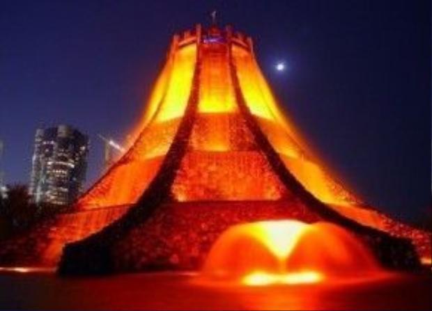 Đài phun nước hình núi lửa ở Abu Dhabi: Có cảm giác như những dòng dung nham đang rừng rực cháy ở đây.