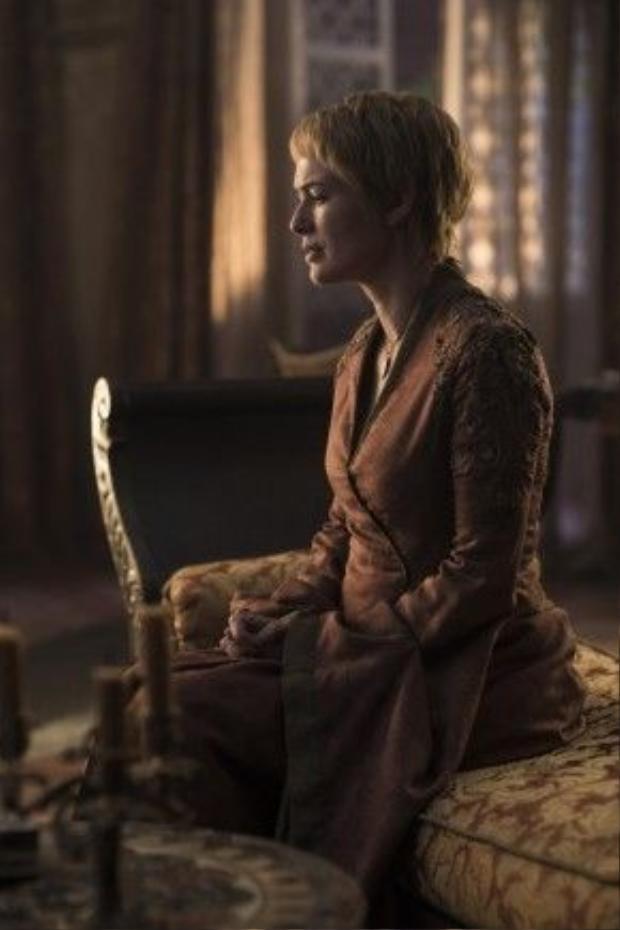 Cersei bàng hoàng trước cái chết của cô con gái duy nhất.