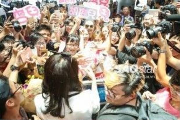 Nữ diễn viên bị vây kín bởi người hâm mộ và báo giới.