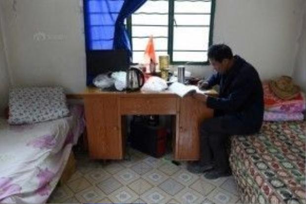 Trong nhà ông Liu có hai chiếc giường và nhiều đồ dùng sinh hoạt khác