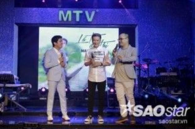 Đàm Vĩnh Hưng gây bất ngờ khi xuất hiện trên sân khấu buổi họp báo để chúc mừng cho ca sĩ đàn em của mình.