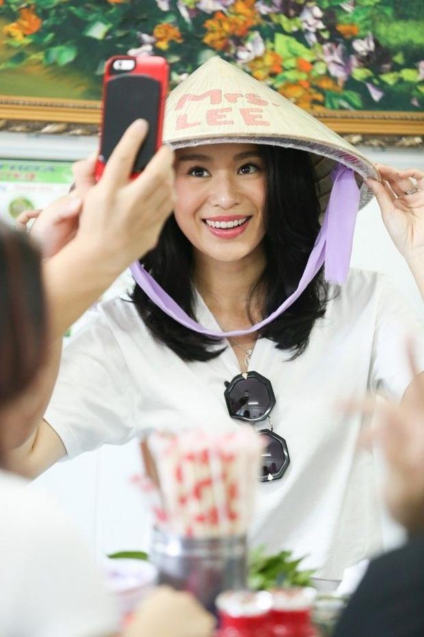 Vợ chồng Hồ Hạnh Nhi đội nón lá đi ăn phở Việt Nam