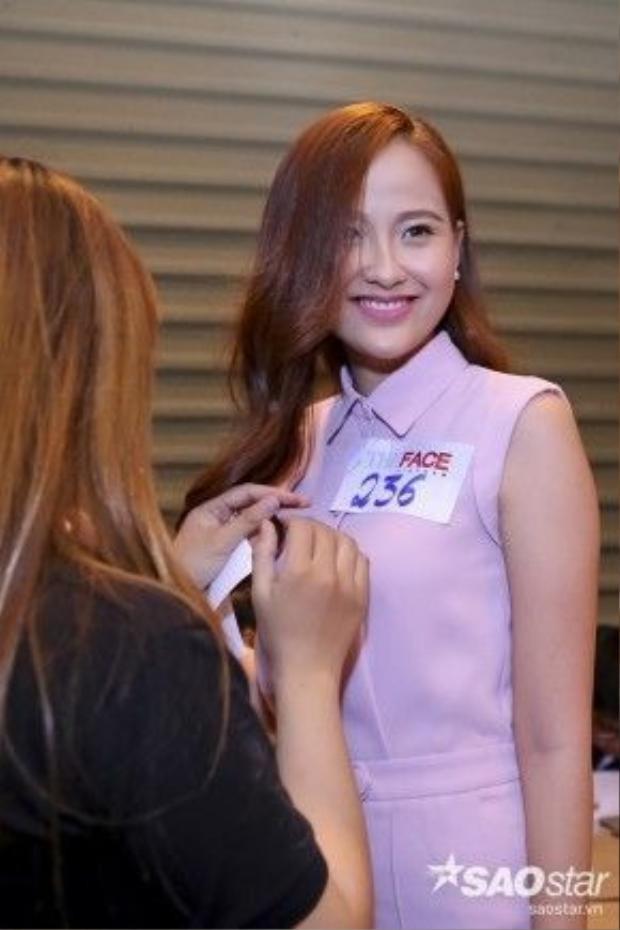 Đỗ Trần Khánh Ngân, top 15 Hoa hậu hoàn vũ năm 2015, cô dùng son hồng cánh sen cùng tông với màu bộ đồ thiết kế là một điểm cộng cho gu thời trang của nhan sắc này.