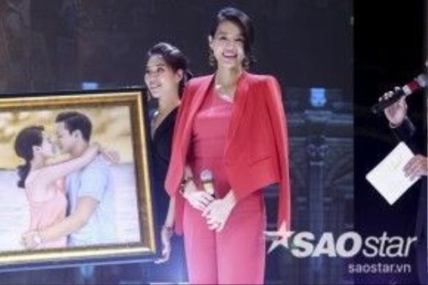 Hoa hậu Thu Hoài tặng Hồ Hạnh Nhi và chồng một bức tranh của cặp đôi.