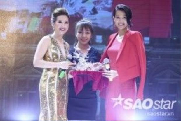 Nữ diễn viên không giấu được sự vui mừng và gửi lời cảm ơn tới hoa hậu Thu Hoài. Cô tặng lại chủ nhân đêm tiệc một con rồng bắt mắt với ý nghĩa may mắn, chúc cho sự nghiệp của Hoa hậu Quý bà Hoàn vũ 2014 ngày càng đi lên.