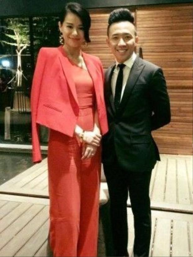 Nam diễn viên - MC Trấn Thành vui vẻ chụp ảnh lưu niệm cùng Hồ Hạnh Nhi.