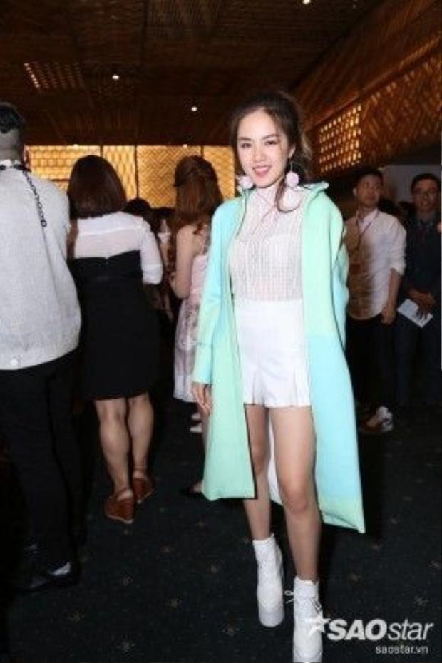 Phương Ly nổi bần bật với áo khoác dài của NTK Phương My, chiếc áo màu pastel chính là điểm cộng cho cả set đồ khiến cô dễ dàng bước vào top sao mặc đẹp đêm thứ 3 của VIFW 2016.