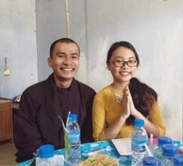 Hình ảnh đẹp của Phương Mỹ Chi cùng sư thầy tại chùa Thanh Long.