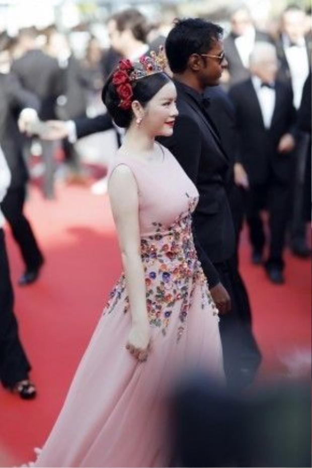 Đến Cannes lần này, Lý Nhã Kỳ được Tạp chí Gala của Pháp ví von với Công nương Diana - được biết đến nhiều như bà hoàng ngành thời trang thế giới và người đi đầu trong các hoạt động từ thiện.