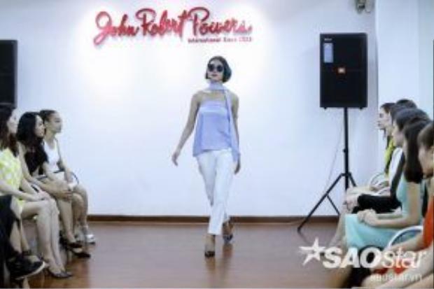 Các thí sinh được học tập cách đi đứng cũng như tạo dáng làm sao cho đúng quy chuẩn với một người mẫu nhất.