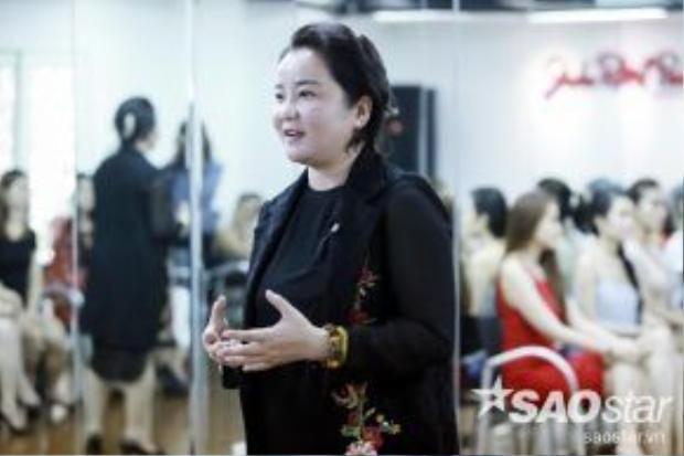 Bà Xuân Trang - hiệu trưởng trường John Robert Power tận tình chỉ dạy các thí sinh.