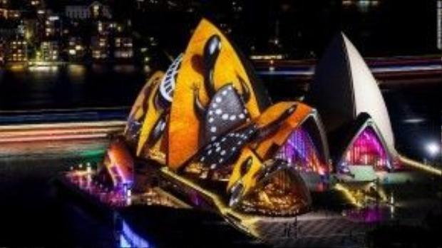 Tác phẩm nghệ thuật của nghệ sĩ Doony Woolagoodja đem lại một hình ảnh hoàn toàn mới cho tòa nhà Opera House.