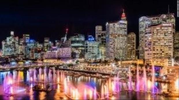 Các cuộc trình diễn nhạc nước (cứ 30 phút một lần) bắt đầu từ 6h tối và kết thúc vào 11h đêm đã biến bến cảng Darling trở nên khác biệt hơn hẳn so với ngày thường.