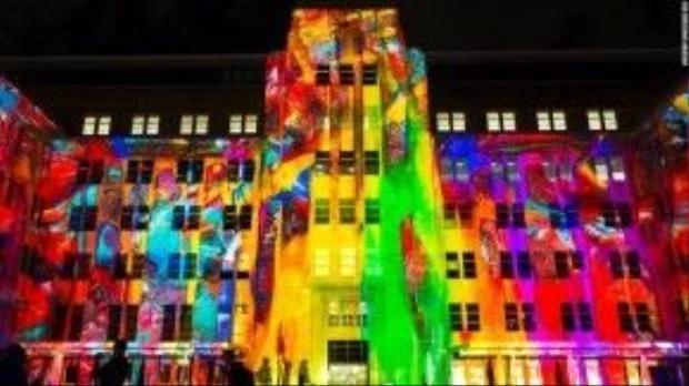 Tòa nhà được bao phủ bởi một kiểu nghệ thuật được kết hợp giữa ánh sáng, âm thanh và thị giác.