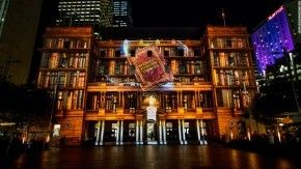 Một công trình kiến trúc khác của Sydney - cũng được coi là biểu tượng của thành phố này - trở thành tòa nhà thư viện với những quyển sách khổng lồ.