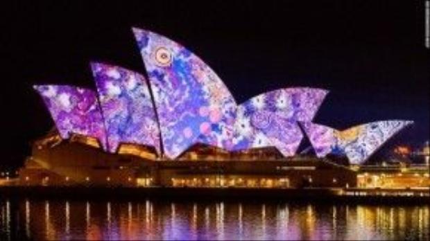 Nghệ sĩ Gabriella Possum Nungurrayi còn biến các cánh buồm của tòa nhà Opera House thành một tác phẩm đương đại đầy lạ lẫm.