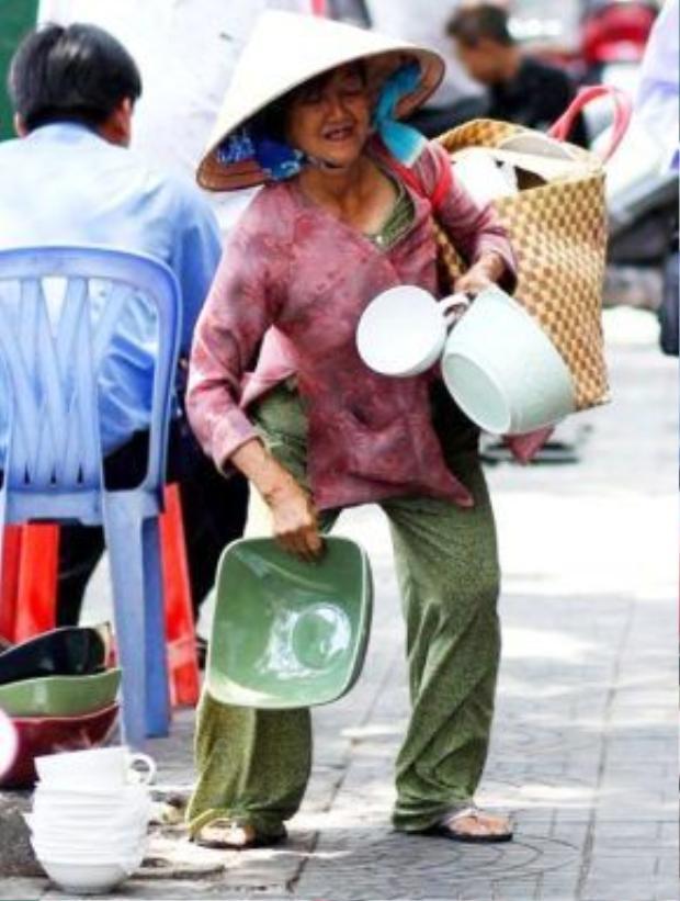 Mỗi ngày bà phải xách những giỏ hàng nặng để dạo bán quanh các con đường (Ảnh: FB Thụy Quân).