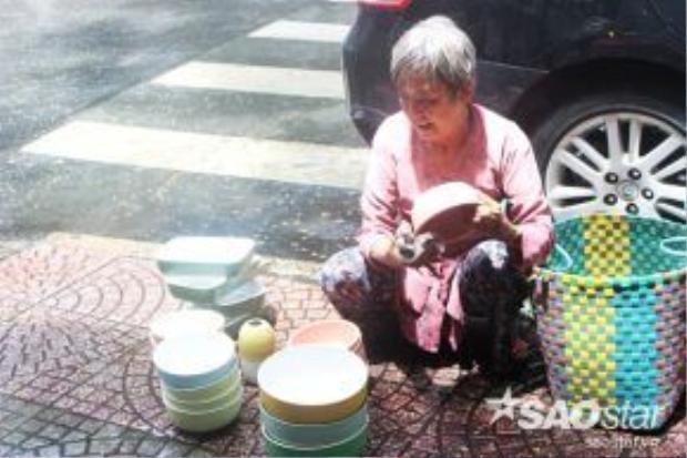 Những lúc trời mưa râm râm như vầy, bà vẫn cố gắng ngồi nán lại bán cho mau hết để kịp về chiều không phải vác nặng và có thêm ít tiền lãi phụ con bị bệnh ung thư nuôi cháu.