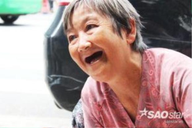 Nụ cười vui vẻ thường trực khi bà chuyện trò với khách hàng trao đổi về các đồ gốm.