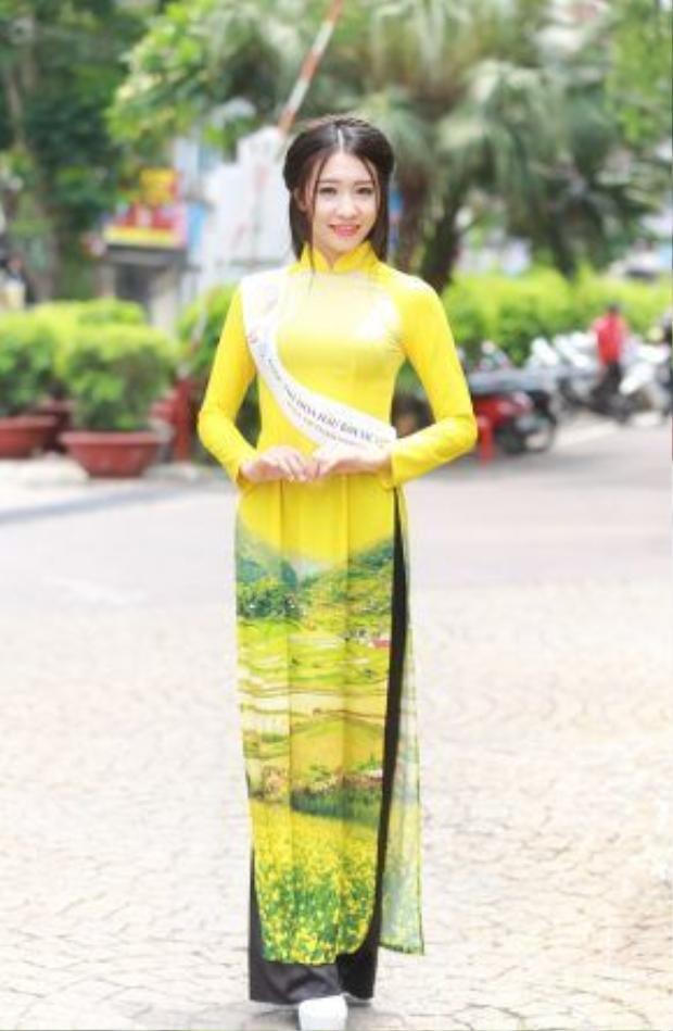 Những cô gái Việt xinh đẹp trong tà áo dài.