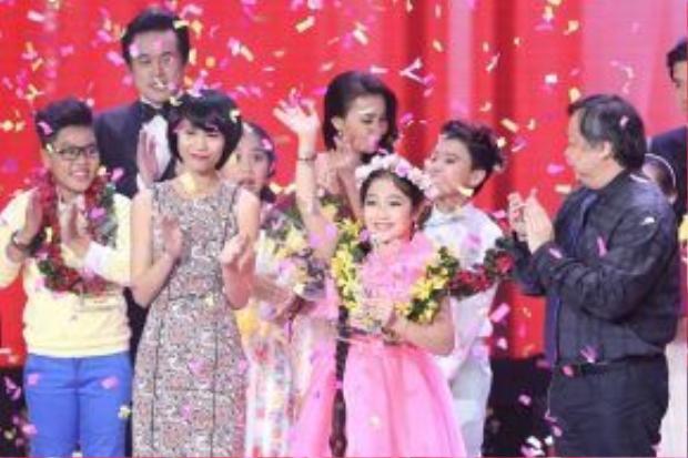 Những cuộc thi ca hát giành cho thiếu nhi luôn nhận được sự ủng hộ của giới phụ huynh. Trong ảnh, Hồng Minh đăng quang cuộc thi The voice Kids 2014.