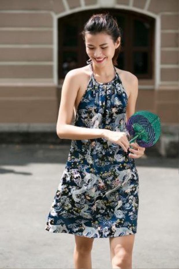 Chiếc cổ yếm làm duyên cho dáng váy suông hiện đại.